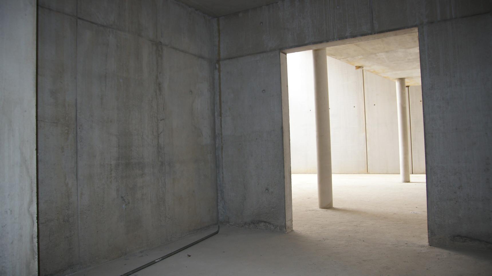 Blick vom Raum der Stille ins Foyer