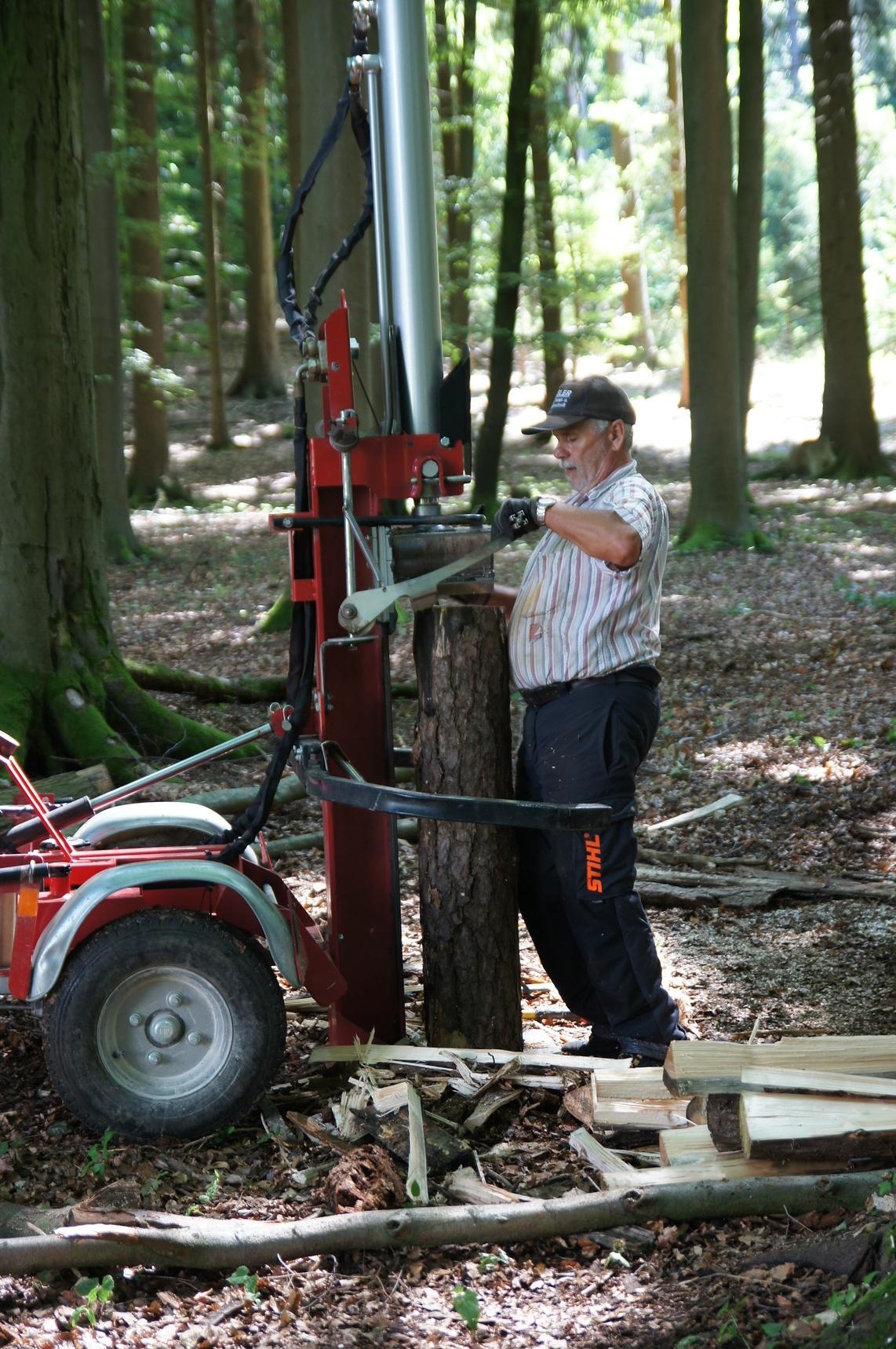 Vor dem Stapeln muss das Holz gespalten und gesägt werden