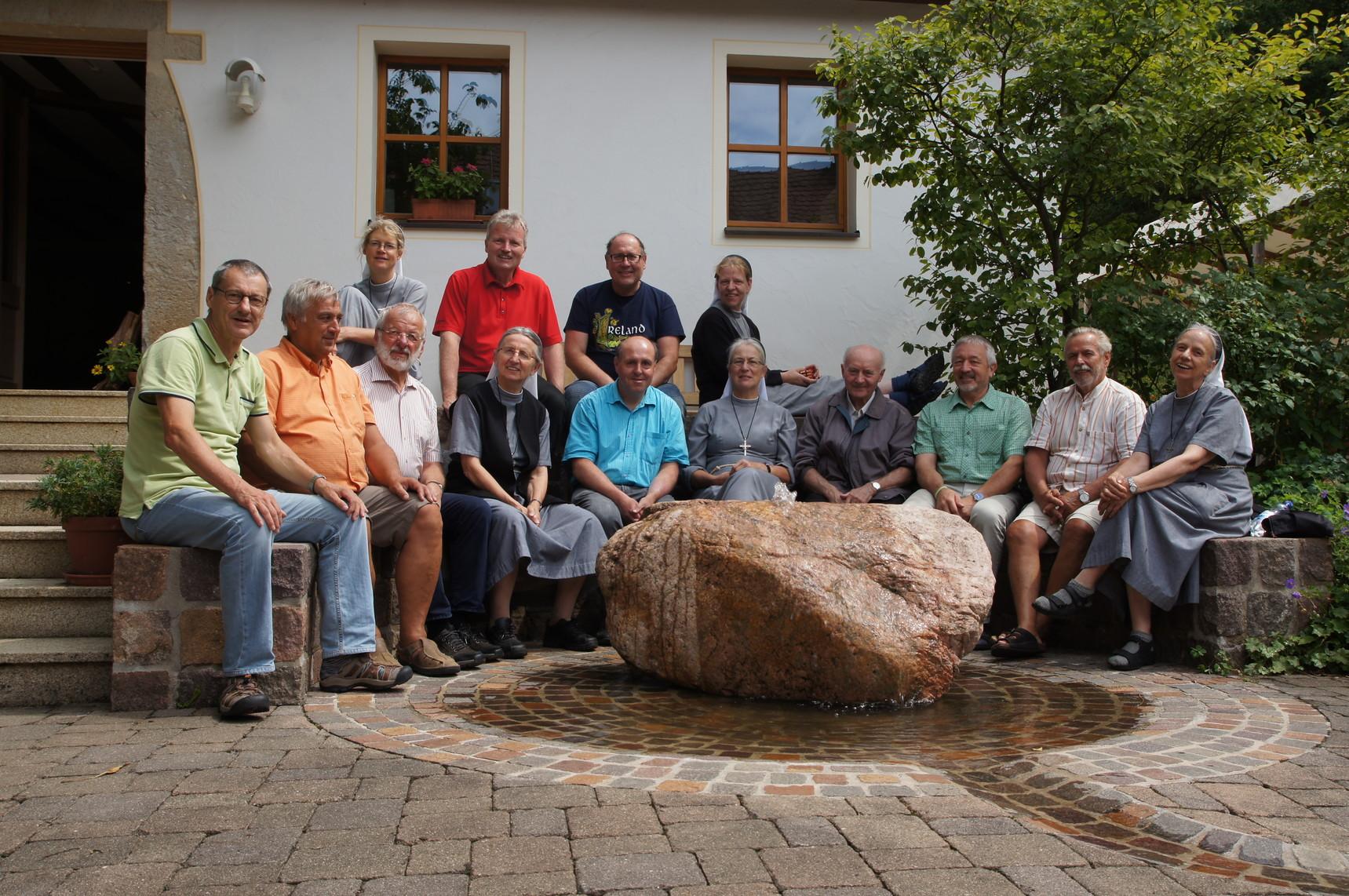 Abschiedsfoto: Die Schwestern von Hof Birkensee und die Männer aus Aalen
