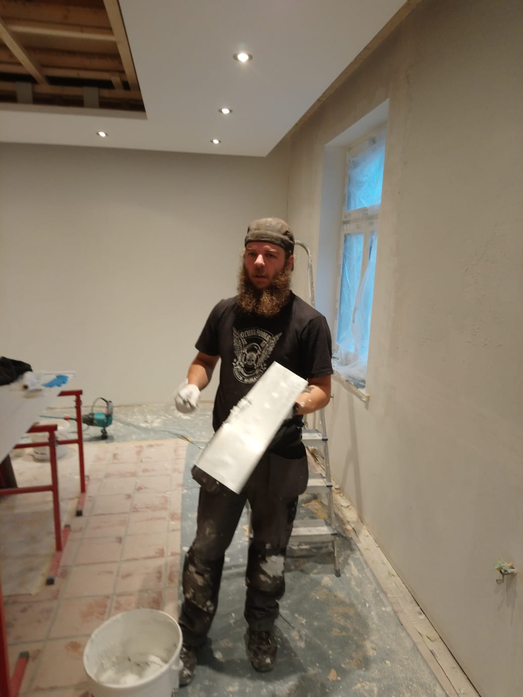 Unterdessen werden die Wände um die neuen Fenster herum vorbereitet und erste Wände haben einen Abrieb erhalten ;)  (W15)