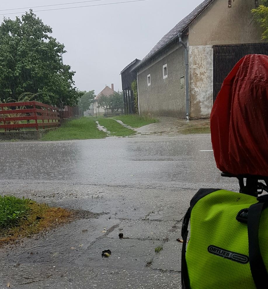 Regen. Blitz. Donner. Regen.