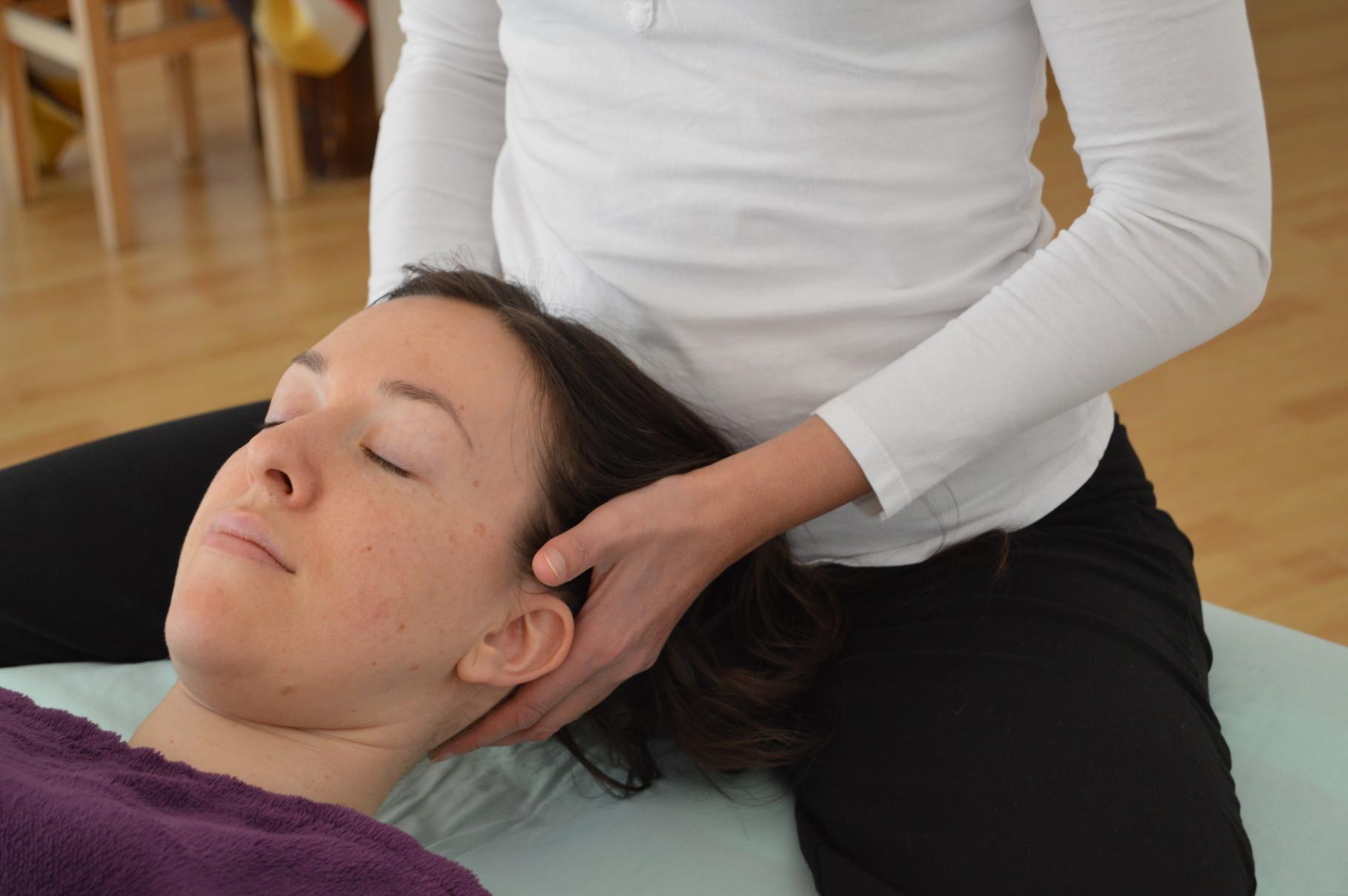 Soupeser la tête pour alléger les cervicales