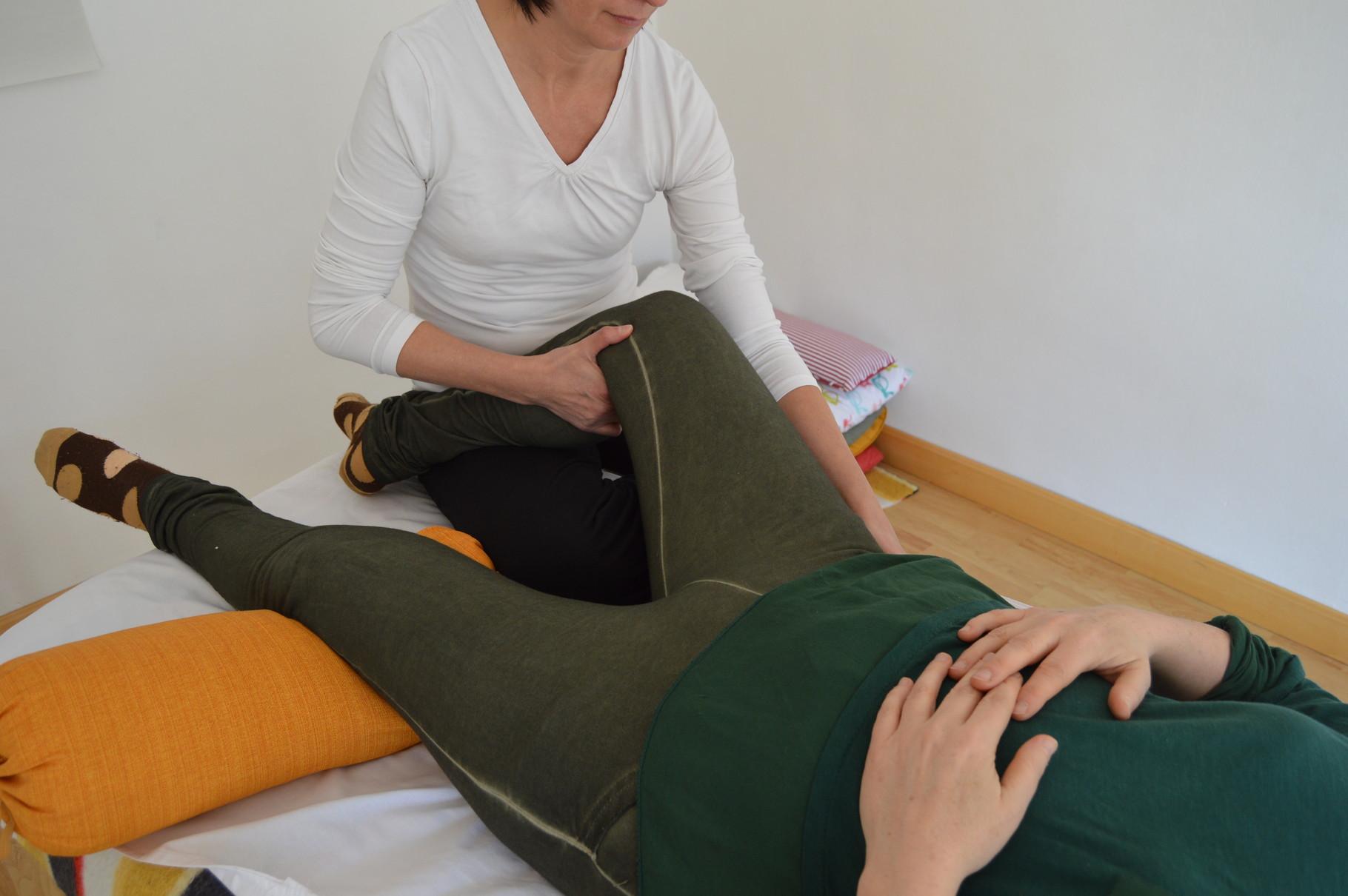 Étirement de la cuisse et relier le genou à la hanche