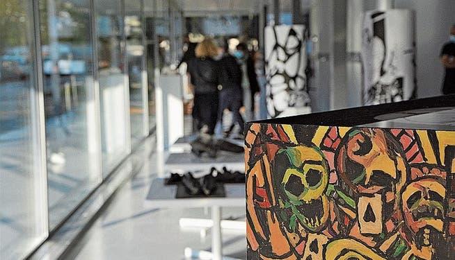 Während der Aufbauarbeiten der Knochen-Ausstellung von Kunstthurgau im kantonalen Verwaltungsgebäude.
