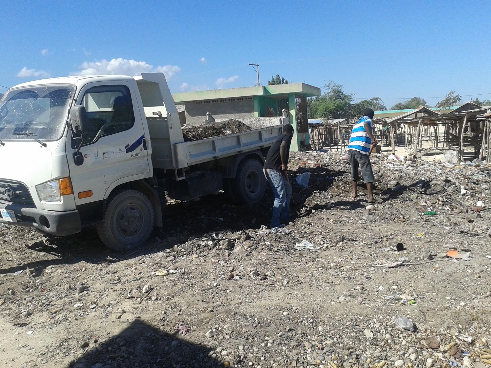 Benne à ordures prêtée par la mairie afin de procéder à l'enlèvement de ces  ordures.