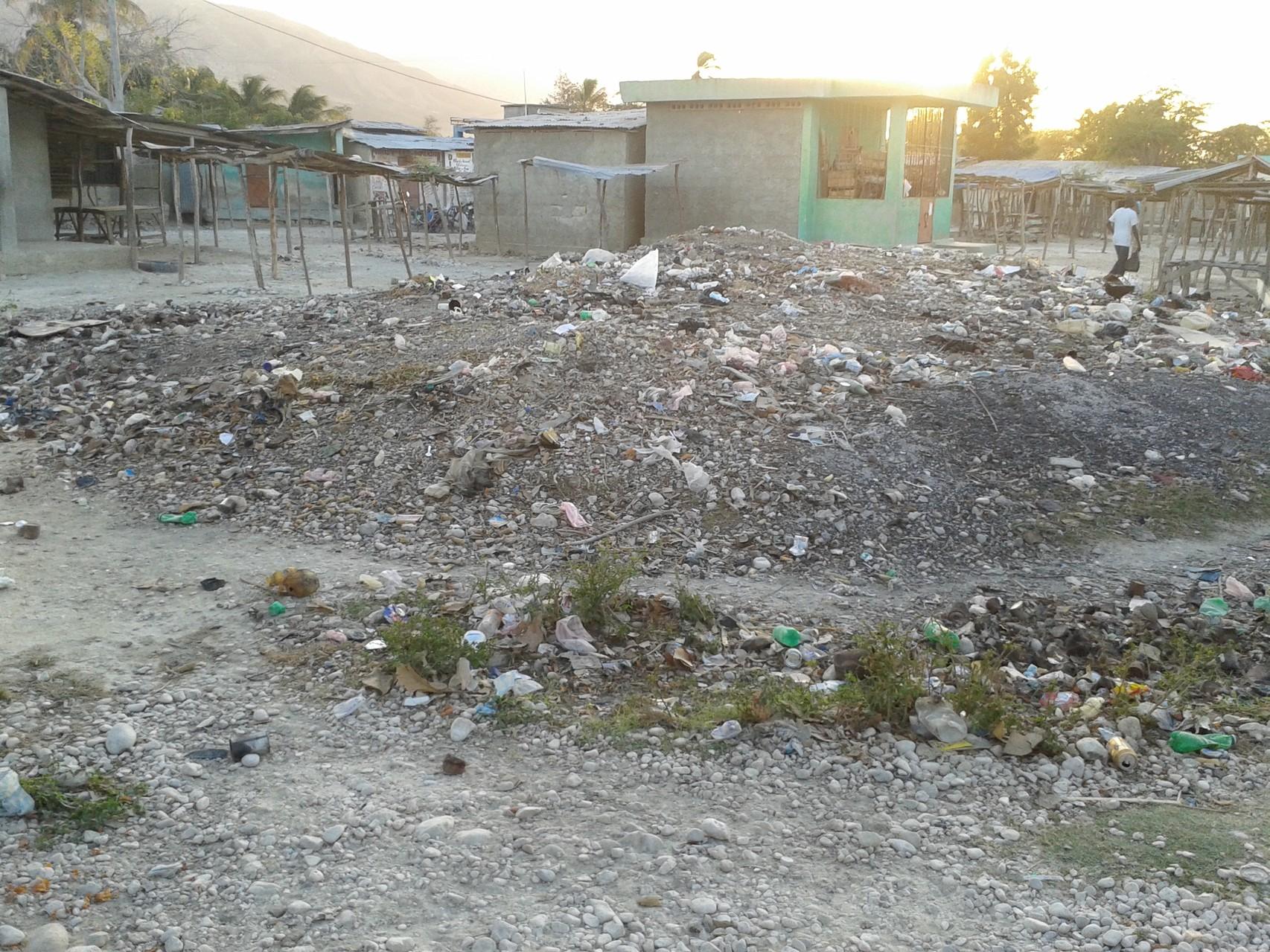 Emplacement où la halle va être construite. A l'origine, il existe une pile de fatras (poubelles), où des commerçantes vendaient de la nourriture à proximité