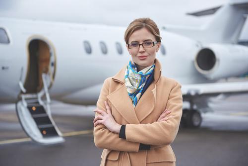 Frau mit Auslandskrankenversicherung am Flughafen