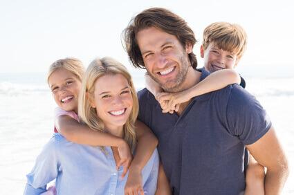 lachende Familie am europäischen Strand