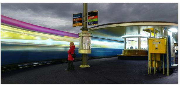 Abfahrendes Tram am Paradeplatz Zürich, das durch die lange Belichtungszeit lange Lichtstreifen hinterlässt.