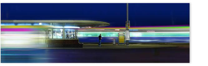 Trams am Paradeplatz mit einsamem Mann: Edward Hopper Stimmung.