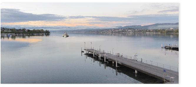 Blick auf Seeschiff Stadt Zürich im Morgenrot vom Bürkli Platz aus.
