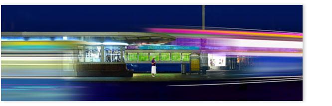 Trams am Paradeplatz mit einsamer Frau: Edward Hopper Stimmung.