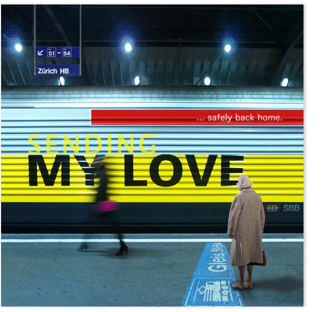 Altere Frau steht im HB Zürich vor Lokomotive und schaut auf die Beschriftung der Lok.
