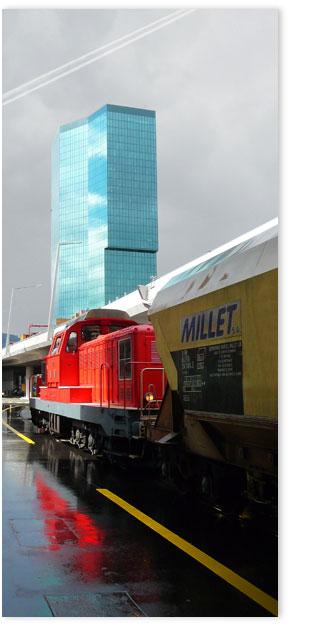 Rote Lokomotive vor Prime Tower Zürich