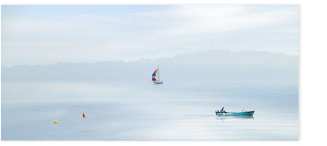 Boote vor dem Uetliberg am Morgen