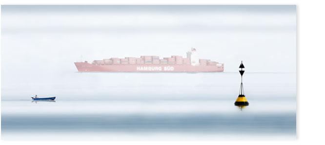 Rotes Containerschiff der Rederei Hamburg Süd in der Elbmündung bei Cuxhaven.