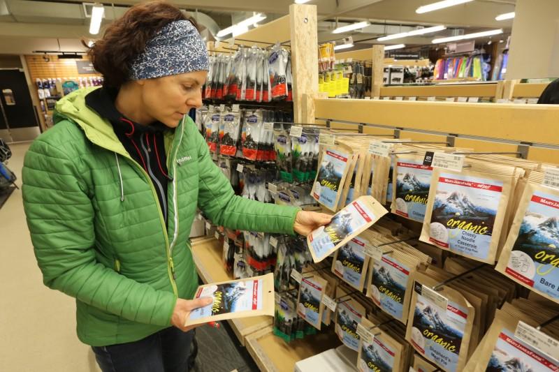Nachdem nach Alaska keine Nahrung eingeführt werden darf, kaufen wir alles in Anchorage ein. Gerlinde freut sich besonders, dass es inzwischen sogar gefriergetrocknete Bioverpflegung gibt