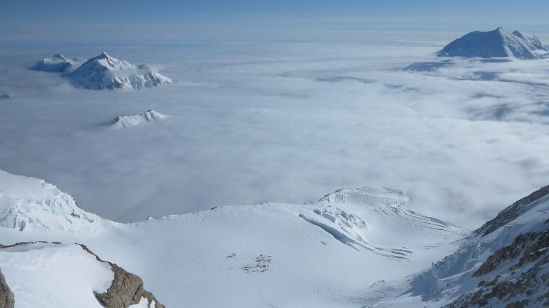 Tiefblick von der West Buttress zum 14.000er Lager | dahinter li. Mt. Hunter, re. Mt. Foraker