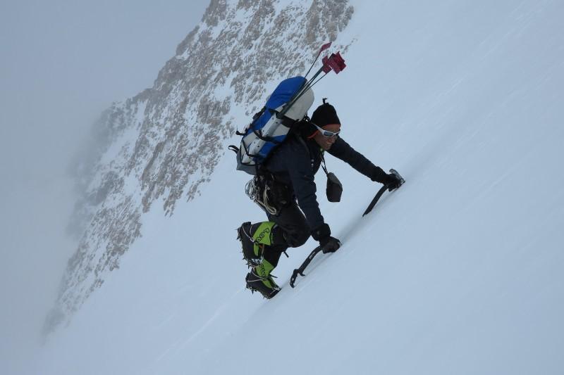 Im besser werdenden Wetter Aufstieg durch den Rescue Gully zum 17.000er Lager