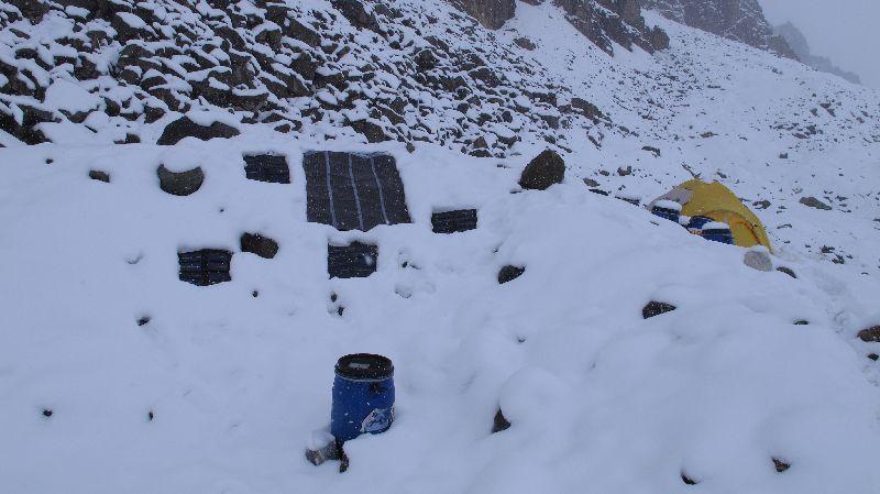 Einige unserer Solarpaneele im Italy-Basecamp. Wir wollen keinen Generator zur Stromerzeugung einsetzen und so müssen wir auch bei schlechtem Wetter versuchen so viel als möglich Strom zu produzieren <br> © Gerlinde Kaltenbrunner