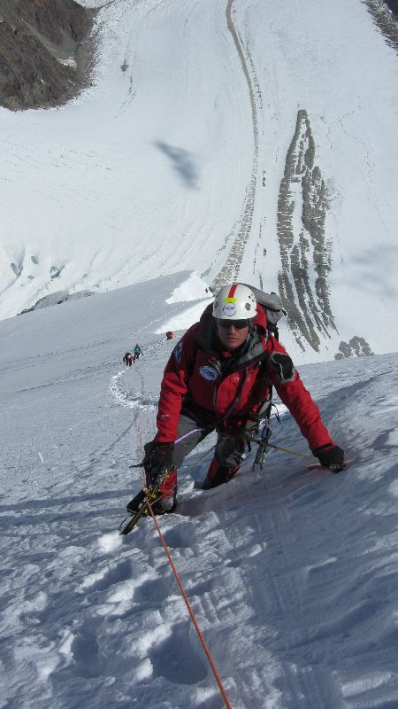 Vassiliy im Aufstieg entlang des wunderschön geschwungenen Firngrats zwischen Lager I und Lager II <br> © Maxut Zhumayev