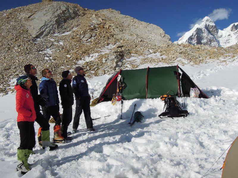 Das ganze Team beim Studieren der Aufstiegsroute in Lager I <br> © Ralf Dujmovits