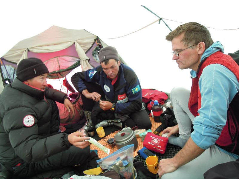 Maxut, Vassiliy und Tommy in ihrem Zelt in Lager I <br> © Darek Zaluski