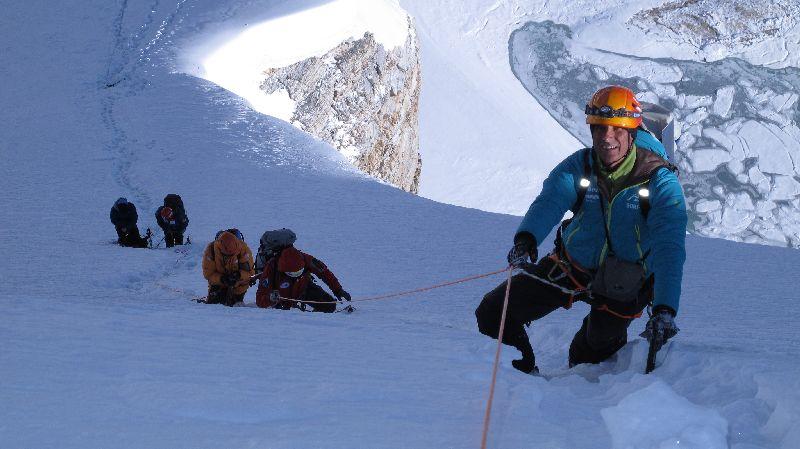 Ralf im Aufstieg entlang des wunderschön geschwungenen Firngrats zwischen Lager I und Lager II <br> © Gerlinde Kaltenbrunner