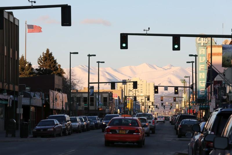 Ankunft in Anchorage - die Stadt und die Chugach Mountains im Hintergrund liegen noch im Winterschlaf