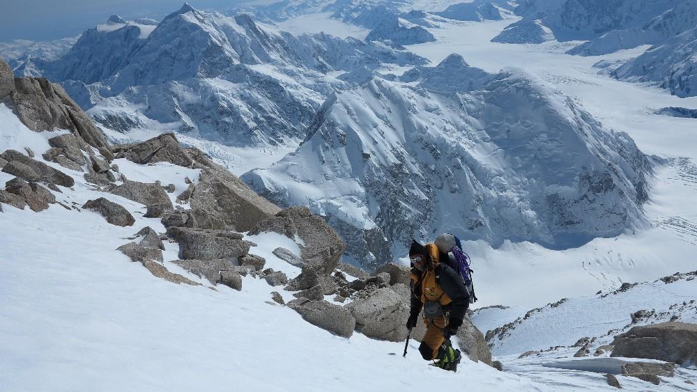 Tiefblick von der West-Rib zum Mt. Hunter (li.) und den Kahiltna Peaks