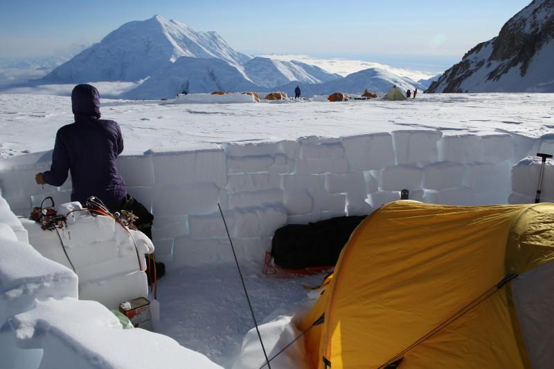 Gegen die angekündigten Stürme haben wir uns frühzeitig eine Mauer um unser Zelt auf 14.000 Fuß gebaut