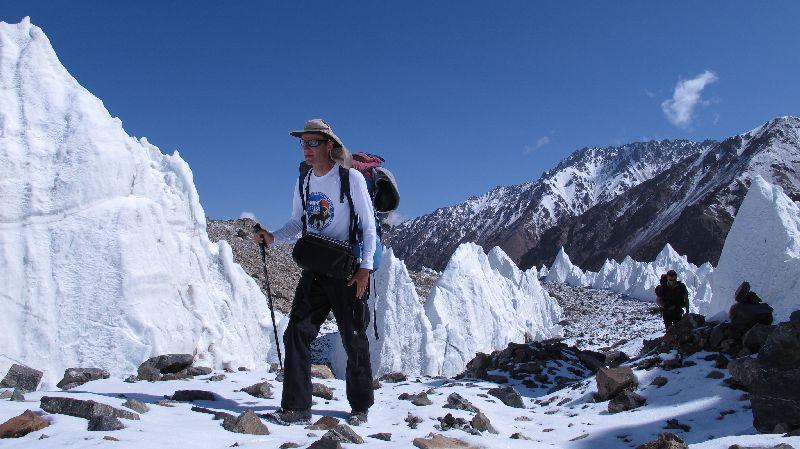 Darek Zaluski im Aufstieg über den mit Eistürmen besetzten K2-Gletscher während des ersten Materialtransports zum Depot-Camp <br> © Gerlinde Kaltenbrunner