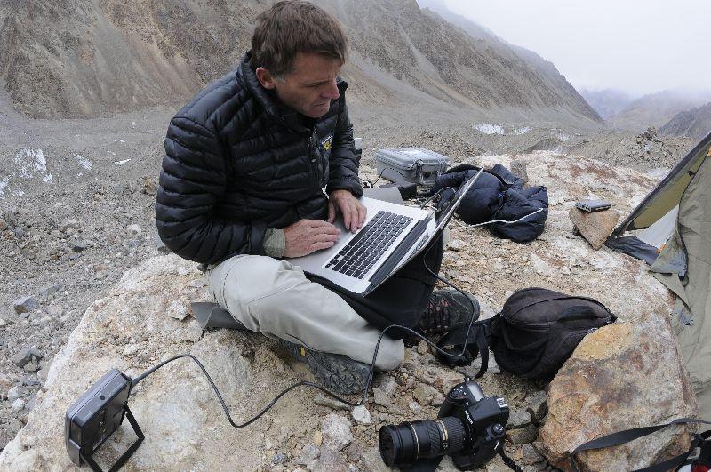 """Tommy in unserem """"Internet-Café"""" auf der Ostseite des K2-Gletschers beim Versuch seinen BGAN zum Funktionieren zu bringen <br> © Ralf Dujmovits"""
