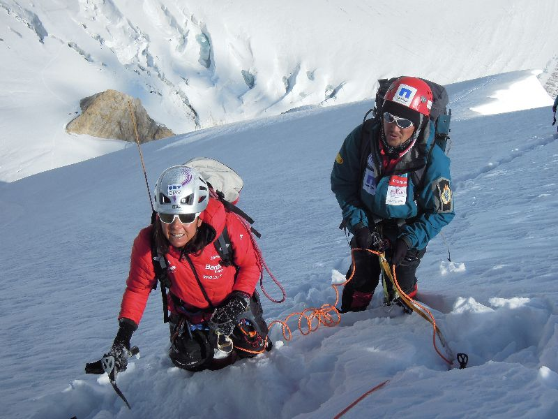 Gerlinde und Maxut am steiler werdenden Firngrat zwischen Lager I und Lager II auf ca. 6000m <br> © Darek Zaluski