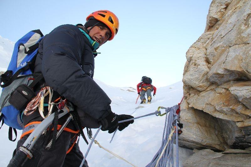 Ralf sichert Vassiliy im Vorstieg durch die Einstiegseisrinne <br> © Gerlinde Kaltenbrunner