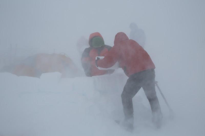 Das angekündigte sehr stürmische Wetter, hat später ankommende Bergsteiger viel Mühe gekostet
