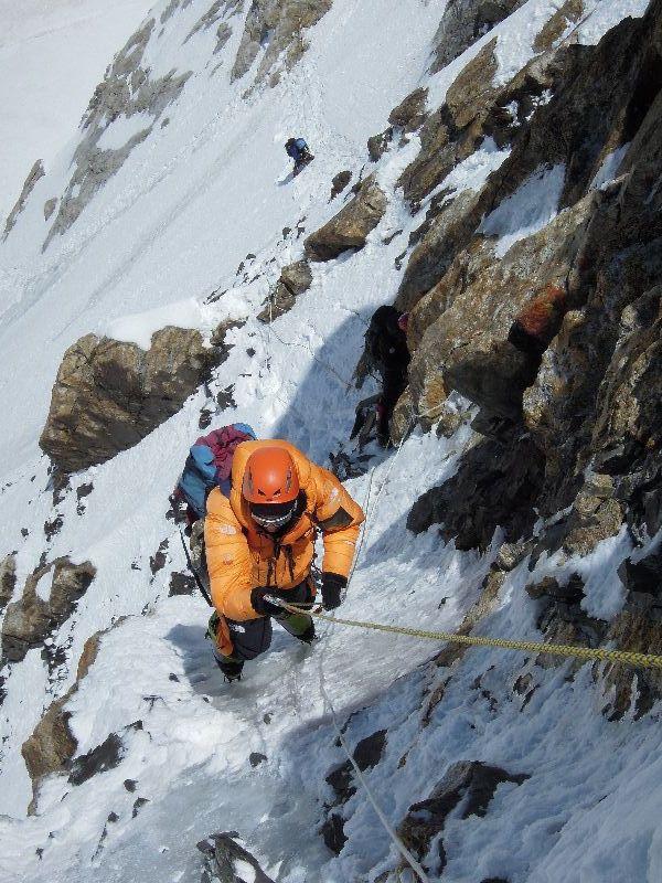 Darek erreicht das Ende des ersten schwierigen Teils auf einer Höhe von 6150 m <br> © Ralf Dujmovits