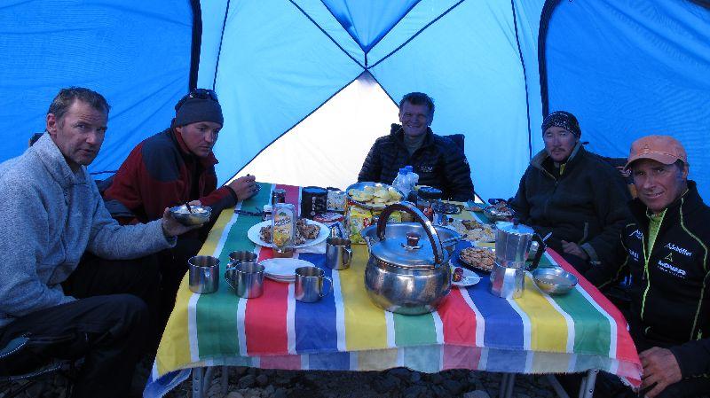 Im kleinen gemütlichen Messzelt sitzt die Mannschaft bei allen Mahlzeiten zusammen <br> © Gerlinde Kaltenbrunner