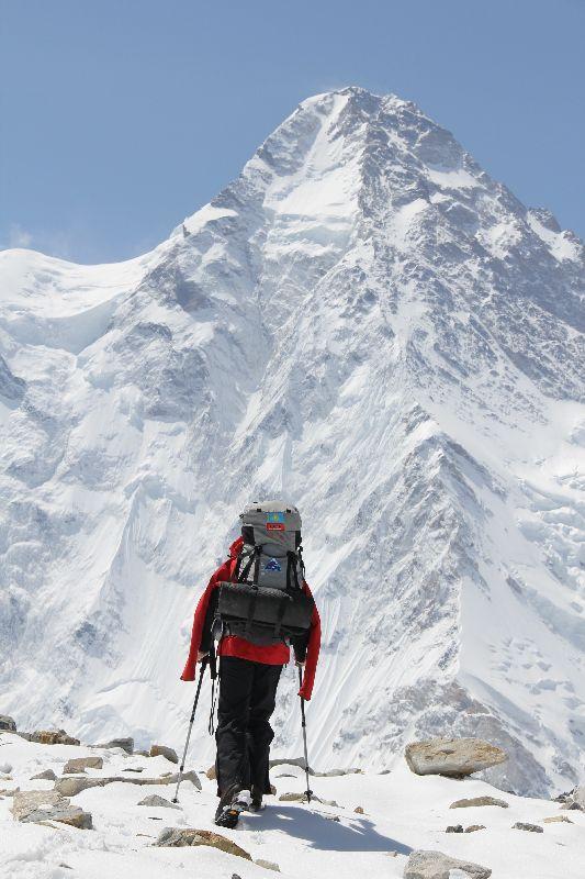 Vassiliy auf dem Weg zum Nordpfeiler des K2 <br> © Maxu Zhumayev