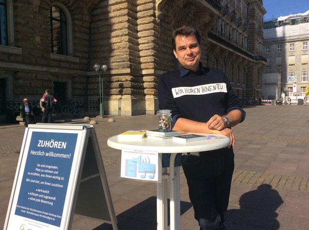 ZUHÖREN Würdekompass-Gruppe Hamburg-Alster auf dem Rathausmarkt 2018 (Wolfgang C. Reschke)
