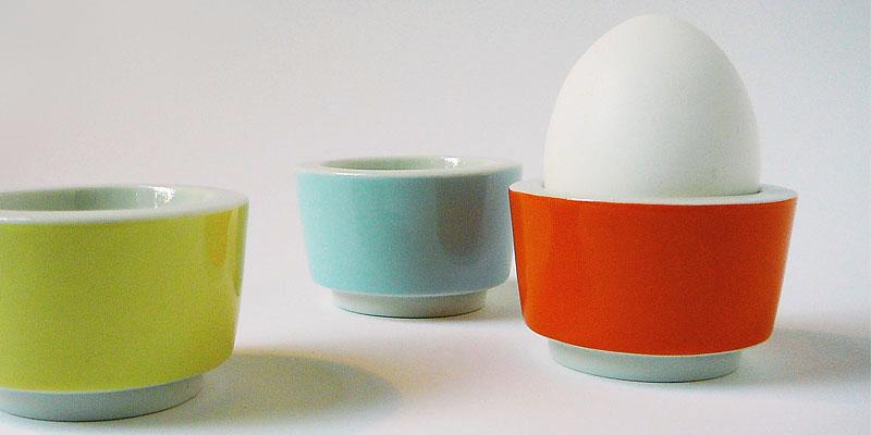 stapelbare Eierbecher in hellgelb, hellblau und orange