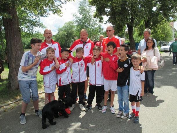 ... die Jungs singen lauthals beim Spielen der deutschen Nationalhymne mit - den Text können sie auf jeden Fall!!! :-)