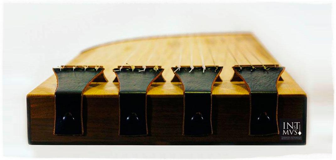Salterio basado en la cantiga 290 de las Cantigas de Santa María. Detalle de los cordales. Luthier: Asier de Benito (Valencia)