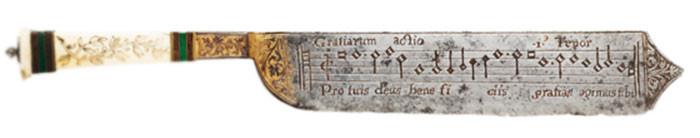 Cuchillo con partitura musical en ambos lados. Por el tipo de notación musical está datado alrededor del s. XVI..