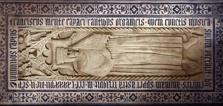 Tumba de Francesco Landini, donde se le representa con las cuencas de los ojos vacía, simbolizando su ceguera y con el organetto en sus brazos. Iglesia de San Lorenzo . Florencia. Italia.