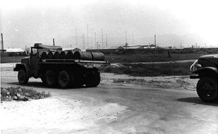 Transport von Fässern mit Agent Orange in Da Nang am 7. März 1972. (Foto Carmichael Journal 1972).