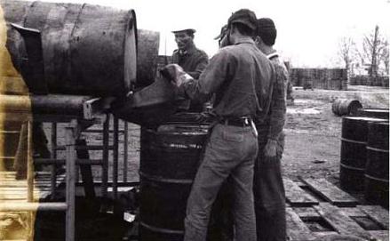 Südvietnamesische Soldaten leeren Agent Orange   von beschädigten in neue Fässer. 13. Januar 1971 Flughafen Da Nang. (Foto Carmichael Journal 1972).