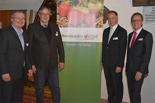 Die Talkrunden Teilnehmer vor dem Schild des Hornbrooker Hofs