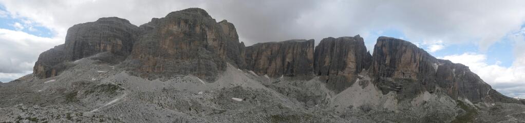 Ausblick von der Ütia Franz Kostner an die Ostseite der Sellagruppe (Piz Boè)