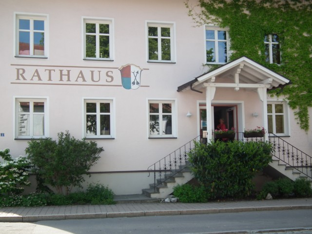 Am Rathaus in Wildpoldsried angekommen ...
